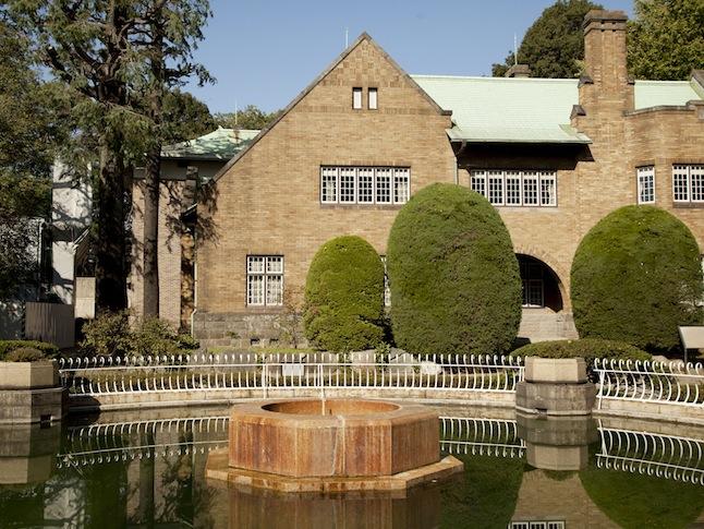 岡本静嘉堂緑地に囲まれる「静嘉堂文庫」