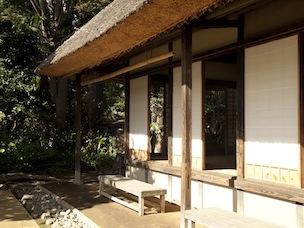 旧長崎家住宅主屋(岡本公園民家園)には囲炉裏やかまどがあり燻煙が漂っている