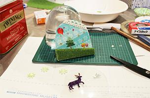 台紙にフェルトや模様紙、シールを張り、クリアシートで挟みながら立体感を表現