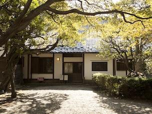 旧小坂家住宅では外を眺めながらほっとひと息つきたい