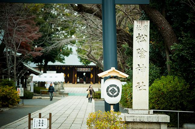 松陰神社の正面。隅々まで清掃されピンと気の張る静けさ