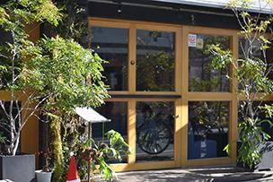 カフェ「STUDY」の外観。店内は長居してしまう居心地のよさ