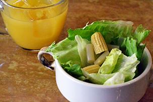 サラダとジュースも!朝からヘルシーなごはんです