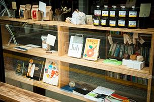 古書店「nostos books」。手に取ってみたい本がずらりと並ぶ