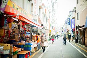 駅からまっすぐに伸びる商店街。幅広い年齢層の人が行き交う