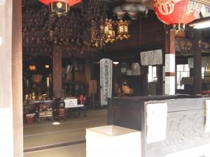 お賽銭箱から本殿を覗く。真っ暗な地下霊場は、この本殿の下に広がる