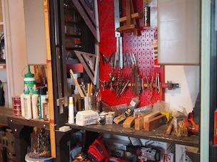 自宅兼工房の一角。ここで雑誌の企画で木工を教えたりTV収録なども行っている