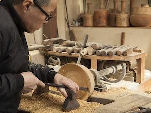 轆轤で木を削るときの音で、頃合いを判断。角度や大きさによって刃物を変えて削る。その刃物もすべて手作り