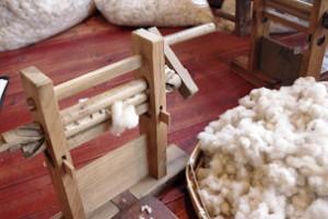棉繰り機。2本のロールの部分にコットンを当ててレバーを回すと繊維部分が吸い込まれ、種だけが残ります