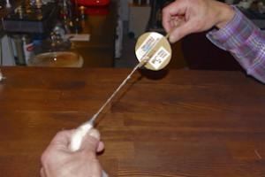 スピンドリルを使った糸紡ぎ。右手で棒をクルクル回して糸を撚っていきます。繊維を引く力加減が重要