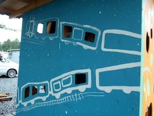 できあがったキッズハウスの壁。小窓から子どもたちが顔を覗かせて遊んでいる姿が目に浮かぶ