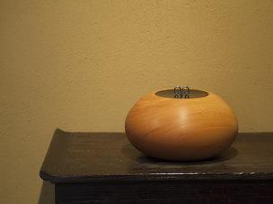 丸いフォルムがキュートな水指。モダンな雰囲気は、洋風の部屋に合う