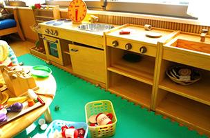 木製キッチンでおままごと
