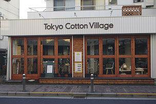 通りに面した大きな窓のお店。床板から窓枠、棚まで、内外装のすべてがお店の代表である冨澤さんのDIY!
