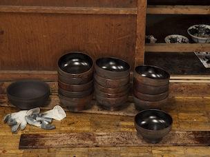 お椀の内側は、熱さや箸の刺激に耐えられるよう慎重に仕上げていく。日本産の漆は硬い性質のため最適