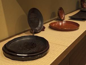美しい漆のお盆。奥にある長方形の皿は、寿司屋で使われている。このタイプはたわしや洗剤もOK
