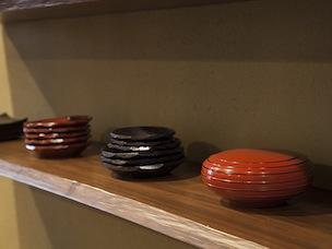 右から2番目のお皿は初代からの特徴とされる「荒作り」。刃や轆轤目を残す削り方で、手に取ると温かみがある