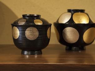 栗材はザブザブ洗えるが、金銀箔は摩耗に弱いため丁寧に。こちらはケヤキ製