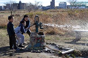 """地下水を汲み上げている""""遊べる井戸""""。どこまで飛ばせる?力比べ"""