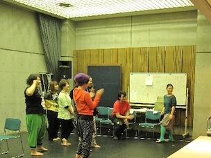 稽古場に入ると、まずメンバーが唄を歌っているシーンに