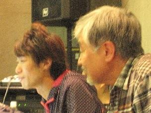 スズキさんの横で、稽古を夢中に見ている私、遠藤久一郎