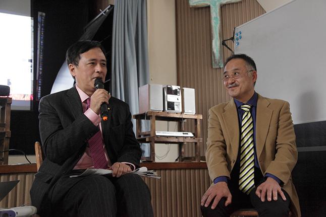 エネルギーシフトの取り組みで知られる世田谷区長の保坂展人さんと建築家の黒岩哲彦さんによる「みんなの未来の教室」