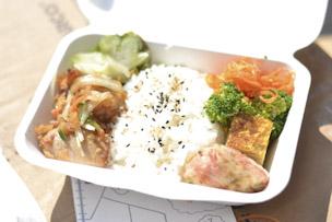 松陰神社通り商店街の愛情いっぱいのお弁当。これに加えて温かいスープが配られました