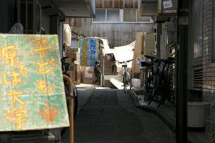 空き地の入口。完成後30分で街は跡形もなく消え、ダンボールはリサイクル工場へ運ばれて行きました