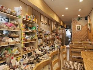 安心な保存食や動物性不使用の手作りスイーツなどの食品のほか、歯磨き粉などの雑貨も扱っている