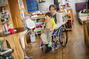 子どもを車いすに乗せて森田さんが登場しました