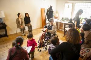 お母さんたちは順番に入れ替わって前の椅子へ。森田さんが説明をします