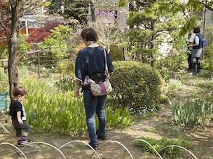 小さい子どもも広い庭でのびのびと遊んでいます