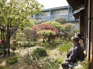 縁側に腰掛けて庭を眺めながら語らう時間は、何物にもかえがたいひととき