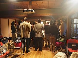 自由な雰囲気の交流会では、参加者同士の交流が生まれています