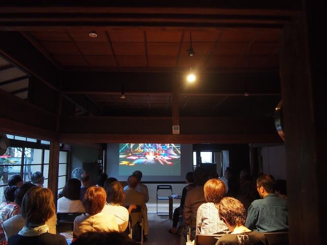 この日のイベント「テレサ・テン 日本とアジアをつなぐ歌の心」では、プロジェクターで映像鑑賞も楽しみました