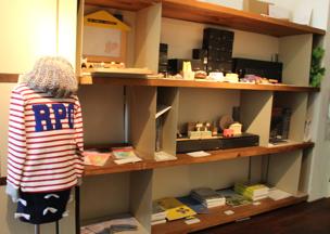 木製のおもちゃや食器、国内外ブランドの子供服など色とりどりのアイテムが目を引く「ettone」