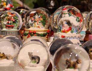 海外からの輸入品など、常時めずらしいスノードームを販売。奥が美術館です