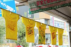 子どもたちが思いのまま手や足に絵具をつけて作製した「Tシャツフラッグ」。10月初旬から三茶の街に登場