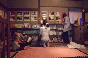 本棚には子育てに関する本が並び、自由に閲覧できます