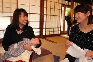 「抱っこさせて!」。初めましての赤ちゃんは、スタッフやお母さんの人気の的