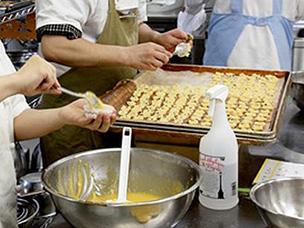 お菓子作りの作業