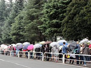 待ちに待ったパン祭り。雨にも負けないパン好きさんが並びます!