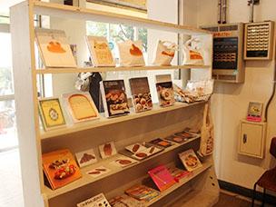 IID 世田谷ものづくり学校には、パンにまつわるグッズを集めたコーナーも