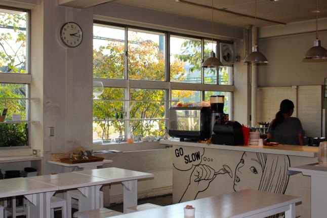 ランチタイムには、オフィスで働く人々や家族連れで賑わう「GO SLOW ゆっくりとカフェ」。ランチセットは850円〜
