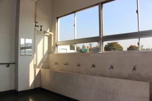 階段の踊り場には、蛇口が並んだ手洗い場。時を超え、今も現役で活躍しています