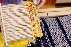 経糸を張る間隔や生地の組み合わせでオリジナル生地が織り上がります