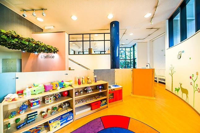 天井が高く開放的な空間。手前は保育スペース、奥に見える2階がオフィススペース