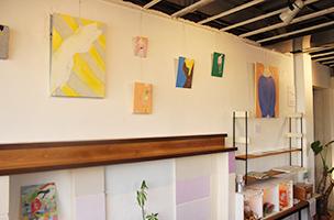 ギャラリースペースでは、イラストレーターKanae Uchidaさんの個展が開催