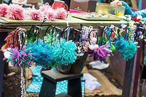 女の子はかわいらしい手作り雑貨のお店も多く