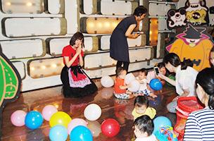 たくさんの風船に子どもたちは大喜び